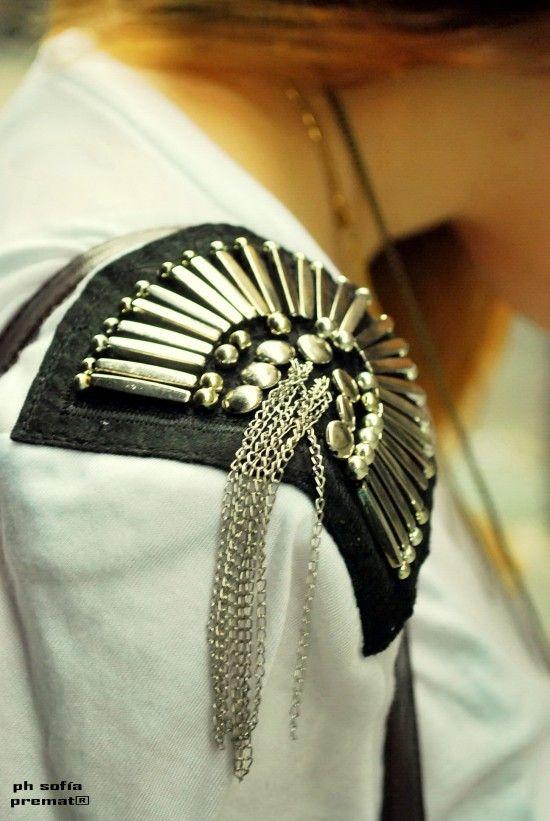 aplique de hombrera con tachas y otro tipo de caireles o perlas y lagrimas, con cadenas y cuero.