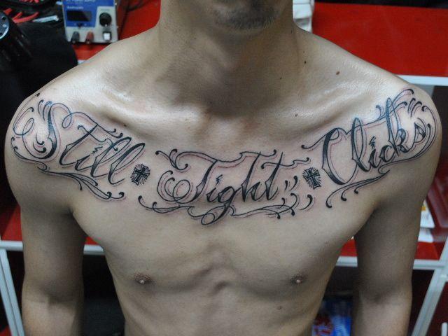 男性 レタリング チカーノ ブラック グレーのタトゥーデザイン タトゥーナビ チカーノタトゥー レタリング タトゥー