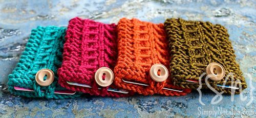 This free knit gift card holder pattern is a great way to personalize the not-so-personal gift cards.