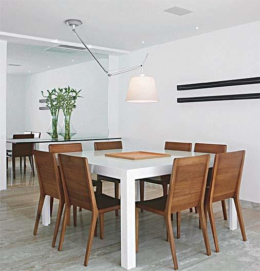 Peças de iluminação são indispensáveis na sala de estar. Modelos pendentes ou fixas no teto são as mais modernas. Para medir a distância ideal, considere entre 65 e 90 cm de altura entre o tampo e a parte inferior da peça. Se você não é muito fã de luminárias pendentes, pode investir ainda em modelos inusitados, como um belo abajur de piso com estrutura curvada, para que a cúpula fique bem no centro da mesa, ou uma arandela grande de haste regulável.