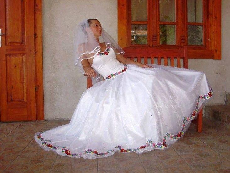 Nagyon mutatós, és abszolút magyaros menyasszonyi ruha