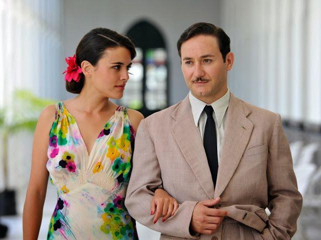Sira Quiroga vestido fiesta flores con Félix. El tiempo entre costuras. Capítulo 6 vía http://www.antena3.com/series/el-tiempo-entre-costuras/