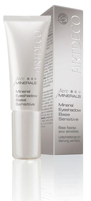 Hydraterende ooglid foundation die de hold van oogschaduw versterkt en de kleur intenser en egaler maakt. Voorkomt ook...