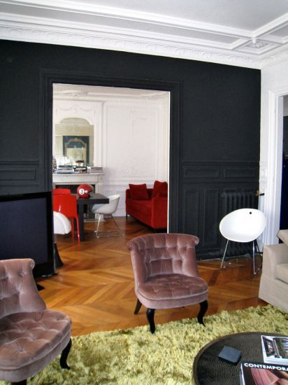 salon haussmannien rue de buci et son mur offblack de farrow ball salon design en plein coeur. Black Bedroom Furniture Sets. Home Design Ideas
