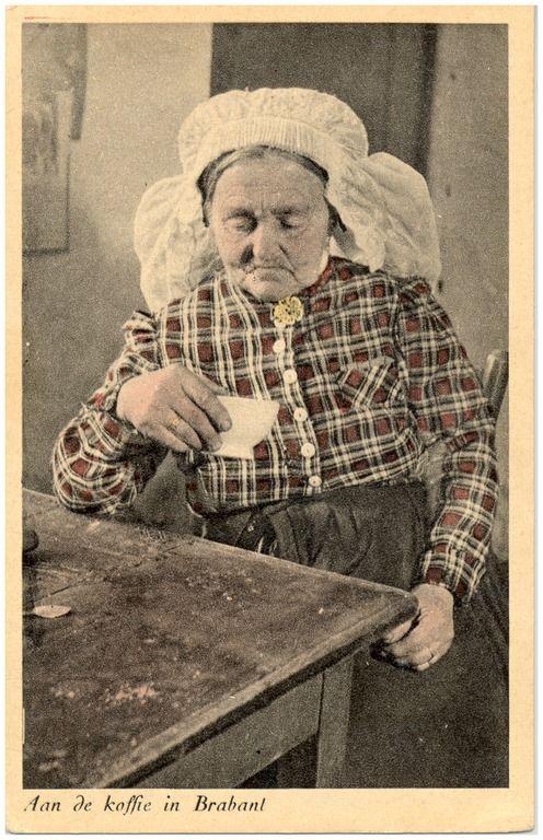 Het drinken van koffie door de boerin in klederdracht #Brabant