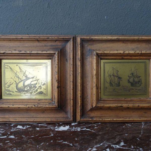 twee metalen platen met gravering van schepen in houten lijsten