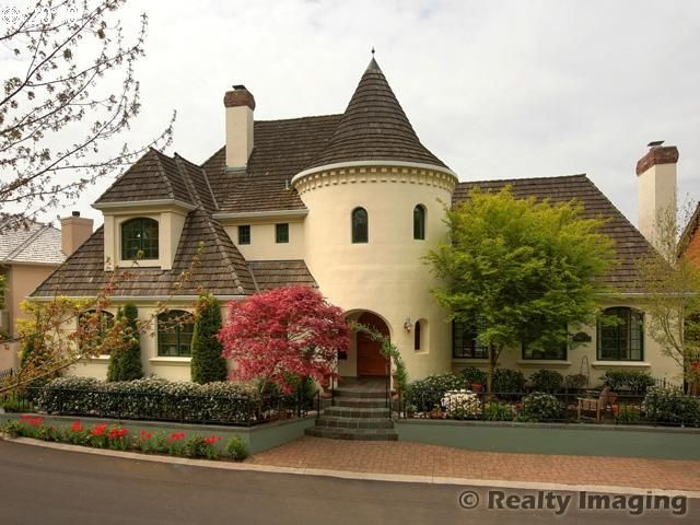 17 best images about castle home on pinterest house for Houses that look like castles