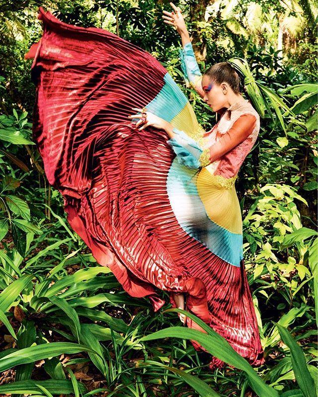 Contagem regressiva para a edição de aniversário de 42 anos da Vogue Brasil que começa a chegar amanhã às bancas! Uma das nossas três capas do mês de maio @josephineskriver foi fotografada nas Maldivas por @giampaolosgura com edição de @christianearpvogue. No clique acima a Angel veste @maisonvalentino. Não deixe de comprar a revista que está imperdível e boa noite! #voguemaio  via VOGUE BRASIL MAGAZINE OFFICIAL INSTAGRAM - Fashion Campaigns  Haute Couture  Advertising  Editorial Photography…