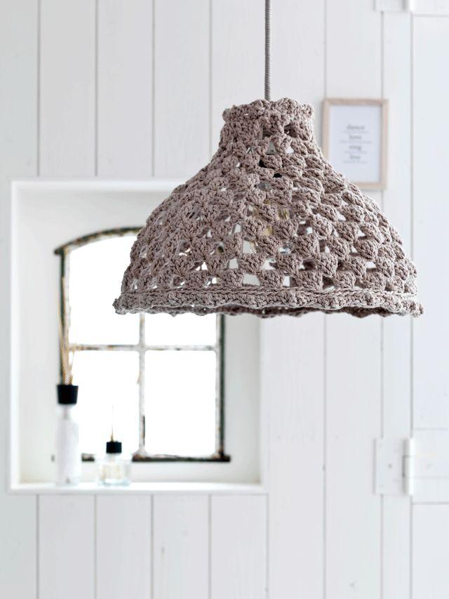 Kijk wat ik gevonden heb op Freubelweb.nl: een gratis haakpatroon van VT Wonen om deze mooie lamp te haken https://www.freubelweb.nl/freubel-zelf/gratis-haakpatroon-lamp/