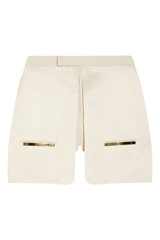 Shorts origami. Pantalón satinado con detalles dorados de Esteban Cortázar (295 €).
