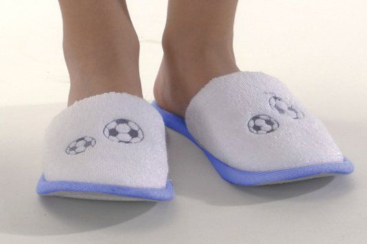 Dětské pantofle FOOTBALLER z jemné froté micro bavlny, zdobené výšivkou fotbalového míče a s gumovou podrážkou.