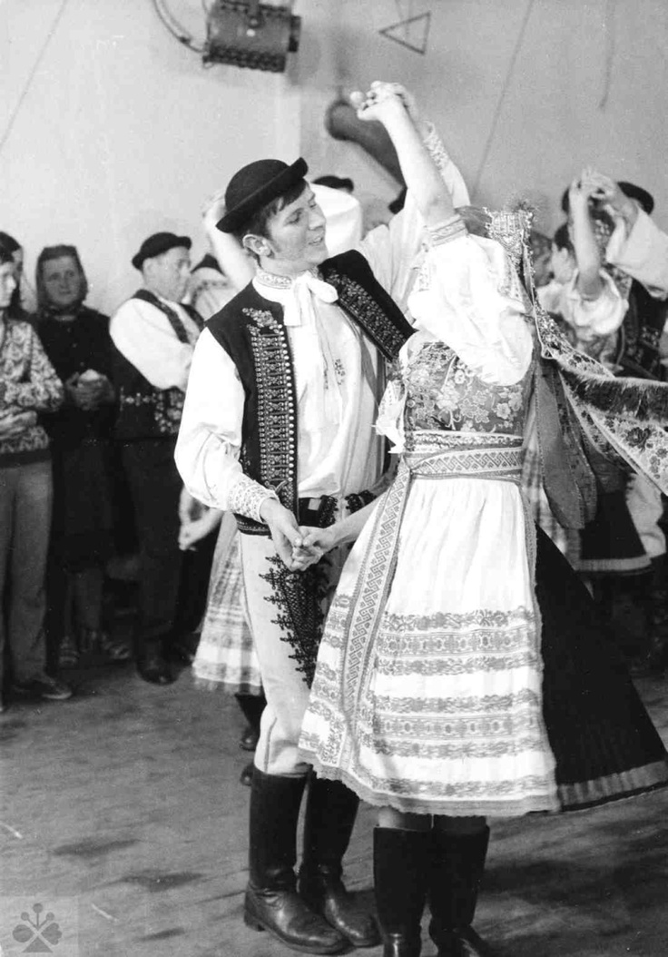 Mazúrka. Folklórna skupina, Kubrá (okr. Trenčín). Vedecký archív ÚEt SAV, foto T. Szabó 1980.