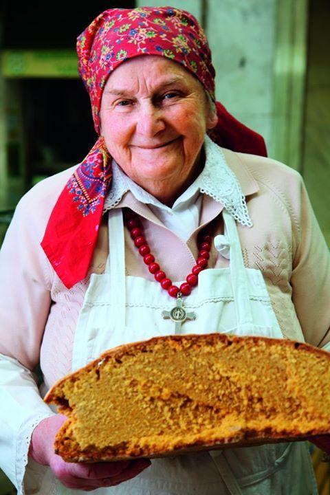 Kuružnjak - Kroatisch maisbrood wordt traditioneel in een stenen oven gebakken, gestookt met houtskool. Iedere Kroatische familie heeft wel een eigen geheim familierecept. Hoe meer maïsmeel, hoe geler het brood wordt. Traditioneel eet je dit brood met zure room, verse kaas en zelfgemaakte vruchtenjam.