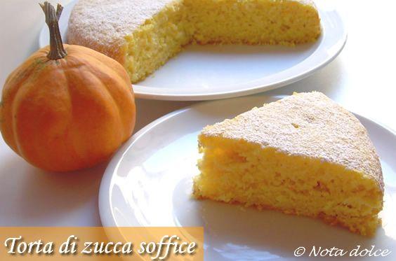 La torta di zucca soffice è una squisita torta in cui la zucca viene aggiunta a crudo. La ricetta della torta di zucca è facile da fare, provatela anche voi