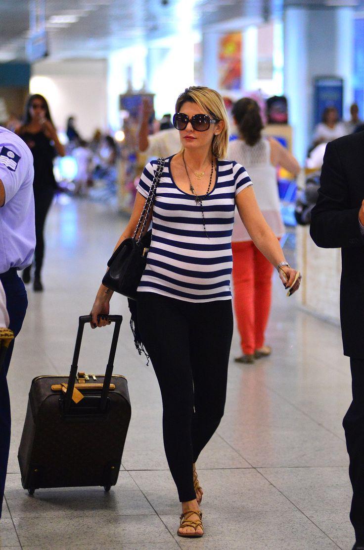 Antônia Fontenelle exibe barrigão de gravidez em aeroporto no Rio