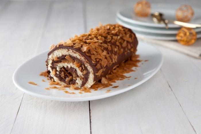 Un biscuit cuillère garni d'une ganache au chocolat à la cannelle et de crêpes dentelles.