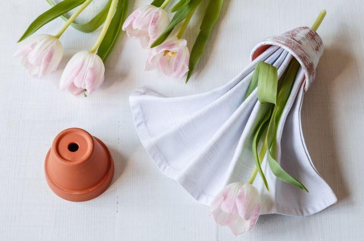 Ubrousek vlože do natřeného květináčku, otevřené strany ubrousku směřují ven. Strany mírně rozevřete. Přidejte květinu – a můžete servírovat.