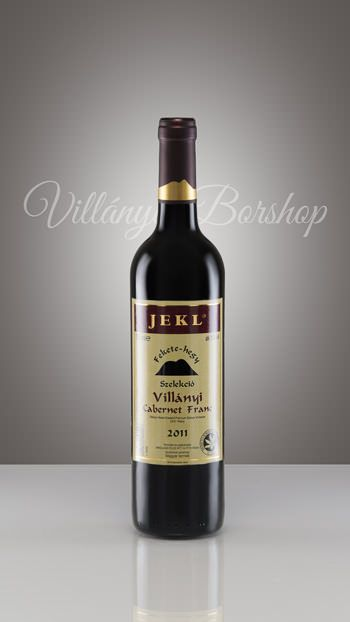 Jekl Villányi Cabernet Franc 2011  Nagy testű, koncentrált íz világ; tömény, összetett aroma, buja parfümillat jellemzi a Fekete-hegy déli oldalában termő szőlőből származó barrique érlelésű bort.Két héttel korábban érik, mint a cabernet sauvignon, és tapasztalataink szerint igazán karakteres, stílusos bort lehet belőle előállítani, amely egységesen a legmagasabb minőséget produkálja a szőlőfajták kínálatából.