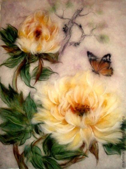Картина из шерсти  `Желтые китайские пионы и бабочка 2`. Картина выложена сухой овечьей шерстью на ткань под стекло. Создана по мотивам китайской живописи. Картина была сделана на заказ, продана. Пион - благородный цветок, изящный, роскошный, с богатым ароматом.