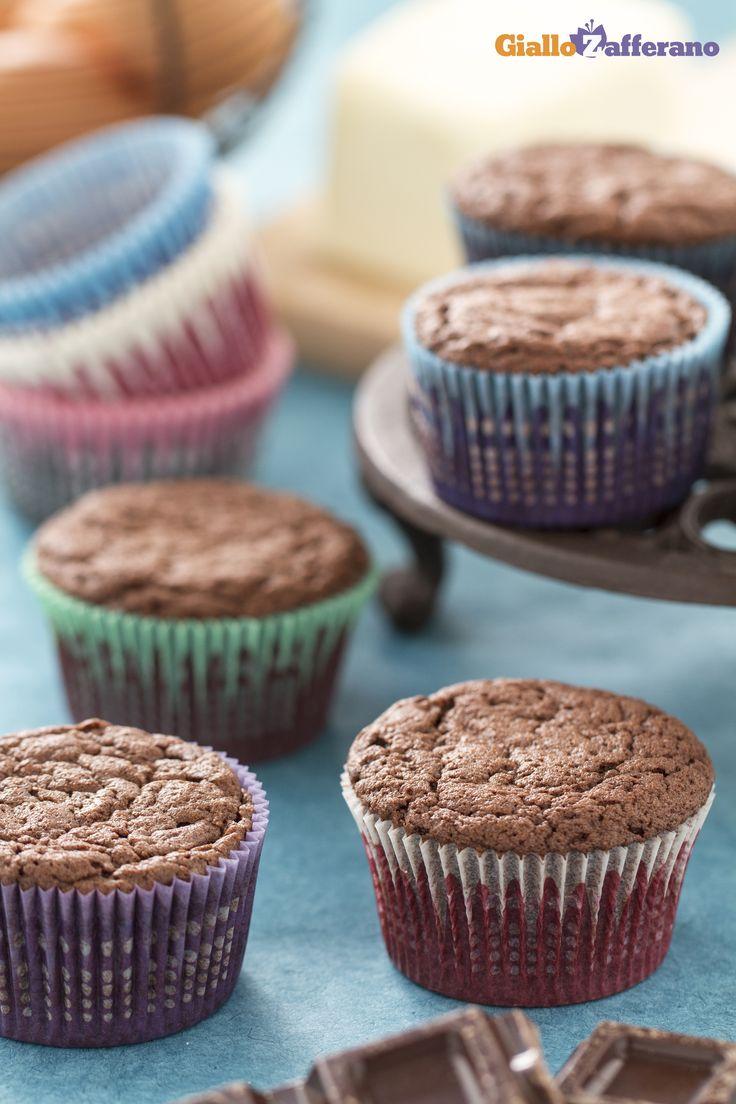 Come i cupcakes tradizionali alla vaniglia, anche i #CUPCAKES AL #CIOCCOLATO possono essere utilizzati come base per delle decorazioni fantasiose con glasse colorate o pasta di zucchero! #ricetta #GialloZafferano