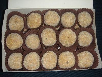 Ingredientes:  - 1 paquete de avellanas. - 1 paquete de galletas tipo María - 1 bote de leche condensada. - Azúcar para rebozar Preparación: Moler las galletas a mano, Añadir las avellanas trituradas, con un molinillo de café por ejemplo. echar el bote de leche condensada y mezclar todo bien, Hacer bolitas pequeñas, rebozarlas en azúcar y colocarlas en las cápsulas para bombones. También se puede rebozar en coco, cacao, o lo que más os guste.