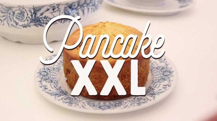 Le pancake XXL, une recette démesurée pour un gâteau moelleux et savoureux. Ici, plusieurs idées astucieuses : nous allons réaliser une pâte à pancakes, y ajouter des pépites de chocolat et le plus impressionnant, nous allons faire cuire ce gâteau dans un cuiseur à riz ! Si vous n'en avez pas, aucune inquiètude n'hésitez pas à le préparer dans un moule à gâteau classique. Laissez aller votre imagination et ajoutez vos ingrédients préférés dans ce délicieux dessert à partager pour 6 à 8…
