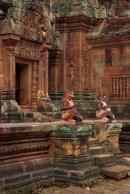 Guardians of the temple, Banteay Srei / Cambodia (by armxesde).