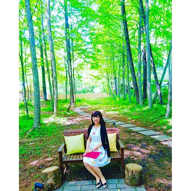 【xxxnaa】さんのInstagramをピンしています。 《.  . お気に入りのベンチでも写真を撮ってもらいました ここ大好き 超ご機嫌顔。笑 . #軽井沢 #軽井沢高原教会 #軽井沢旅行 #旅行 #小旅行 #日帰り旅行 #森 #緑 #ベンチ #マーキュリー #マーキュリーデュオ #コーデ #ワンピース #カスタマイズエブリデイ #e週末 # # #》