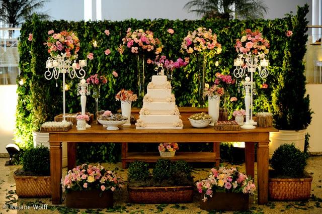Para Falar de Casamento: Decoração com flores - mesa de bolos, doces etc