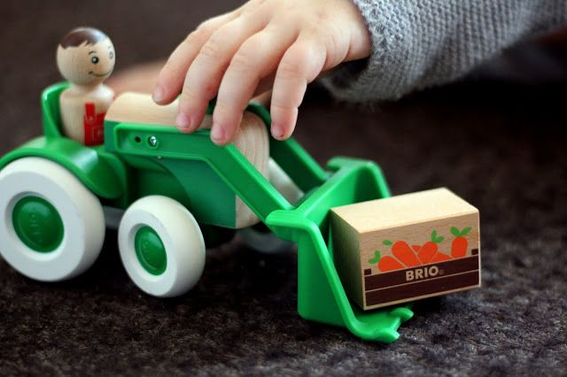 Geschenkidee: BRIO Traktor mit Frontlader