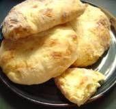Verrukkelijk kaasbrood uit Georgie met ricotta, feta en mozzarella. Je kunt een grote bol bakken of eenspersoons broodjes, restanten warm je de volgende dag...