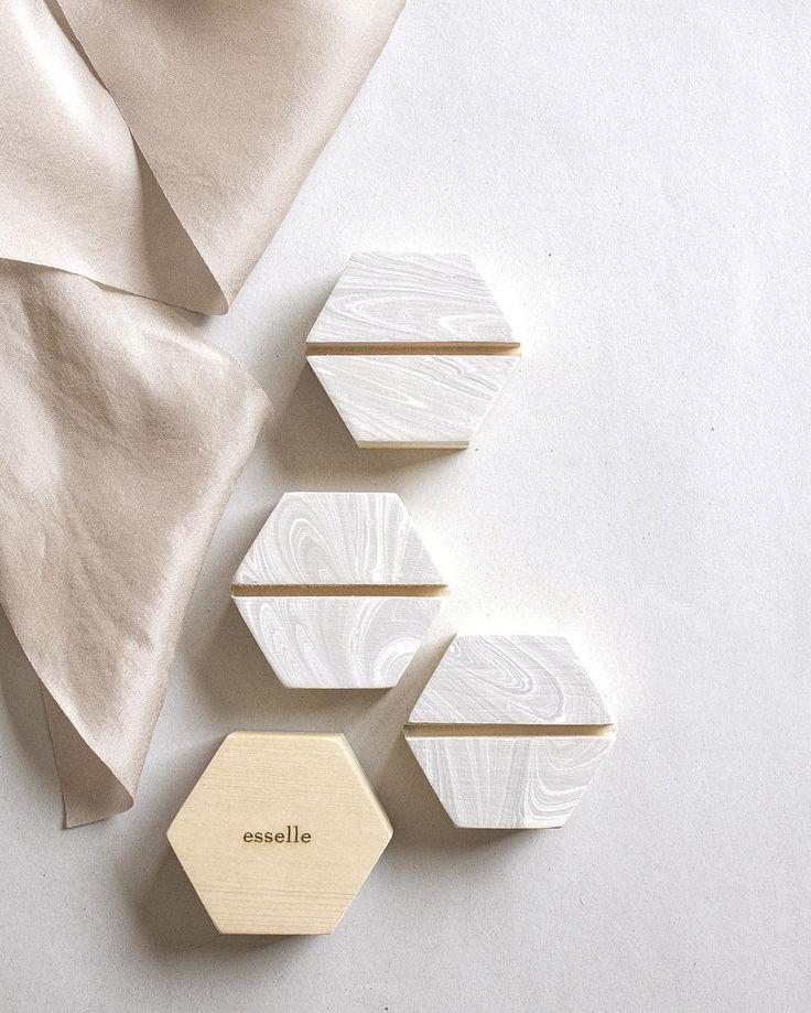 Marbled wooden cardholders for modern brides We