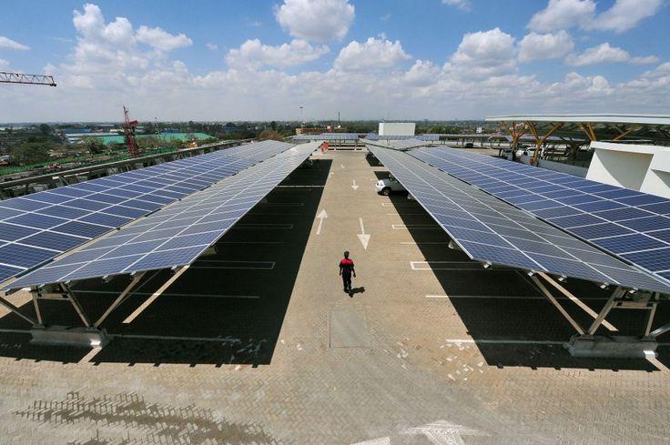 Το πάρκινγκ του Garden City Mall στο Ναϊρόμπι βρίσκεται στην οροφή και έχει και 3. 300 φωτοβολταϊκά πάνελς (Simon Maina/AFP/Getty Images)