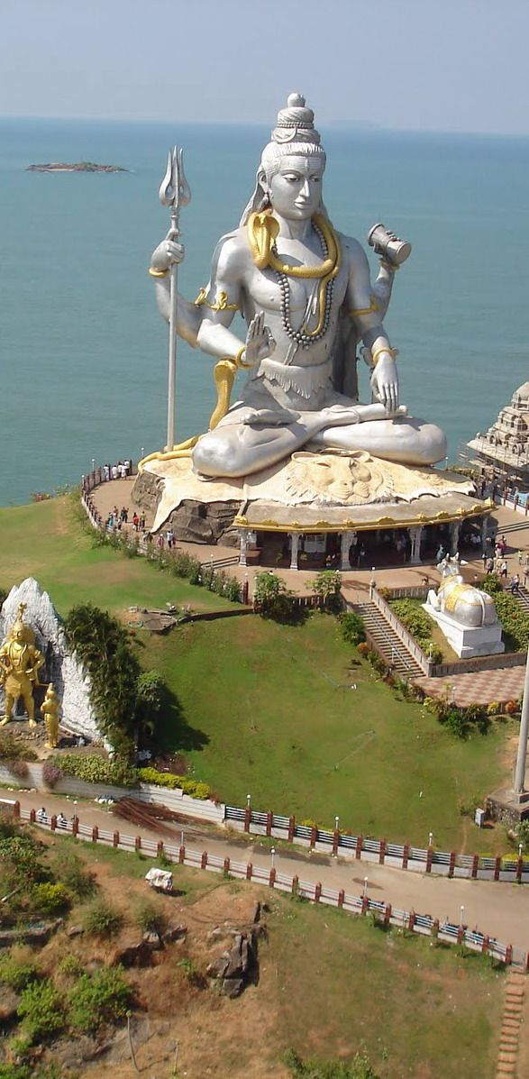 """HINDUISMO  - 13. """"Temas proeminentes nas (...) crenças hinduístas incluem o darma (dharma, ética hindu), samsara (samsāra, o contínuo ciclo do nascimento, morte e renascimento), carma (karma, ação e consequente reação), mocsa (moksha, libertação do samsara), e as diversas iogas (caminhos ou práticas)."""" (Fonte: Wikipédia) - Da pasta: Tradições, Mitologias, Ícones, Holismo.  #Murudeshwara #Karnataka #India http://en.directrooms.com/hotels/subregion/1-27-6510/"""
