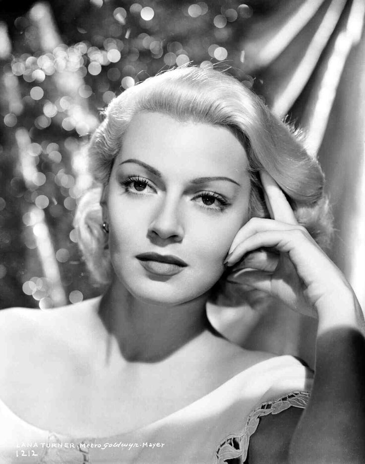 """Publicity still of Lana Turner as Cora Smith for """"The Postman Always Rings Twice"""" (1946)"""
