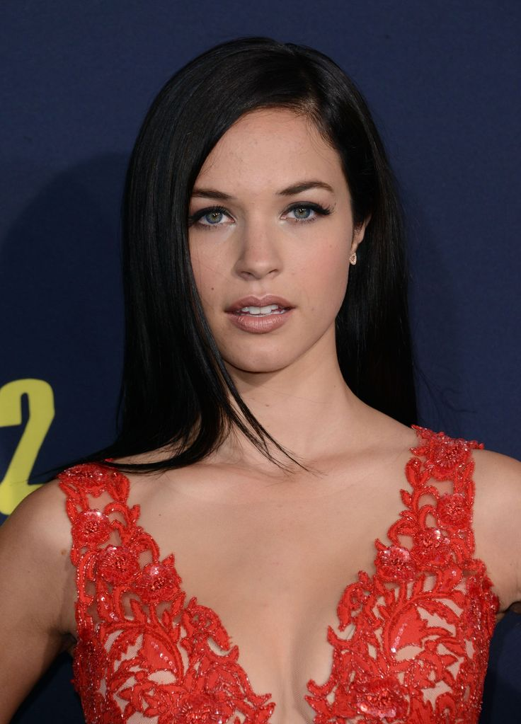 Alexis Knapp arrives at the Los Angeles Premiere 'Pitch Perfect 2' at Nokia Theatre L.A. Live on May 8, 2015 in Los Angeles, California.
