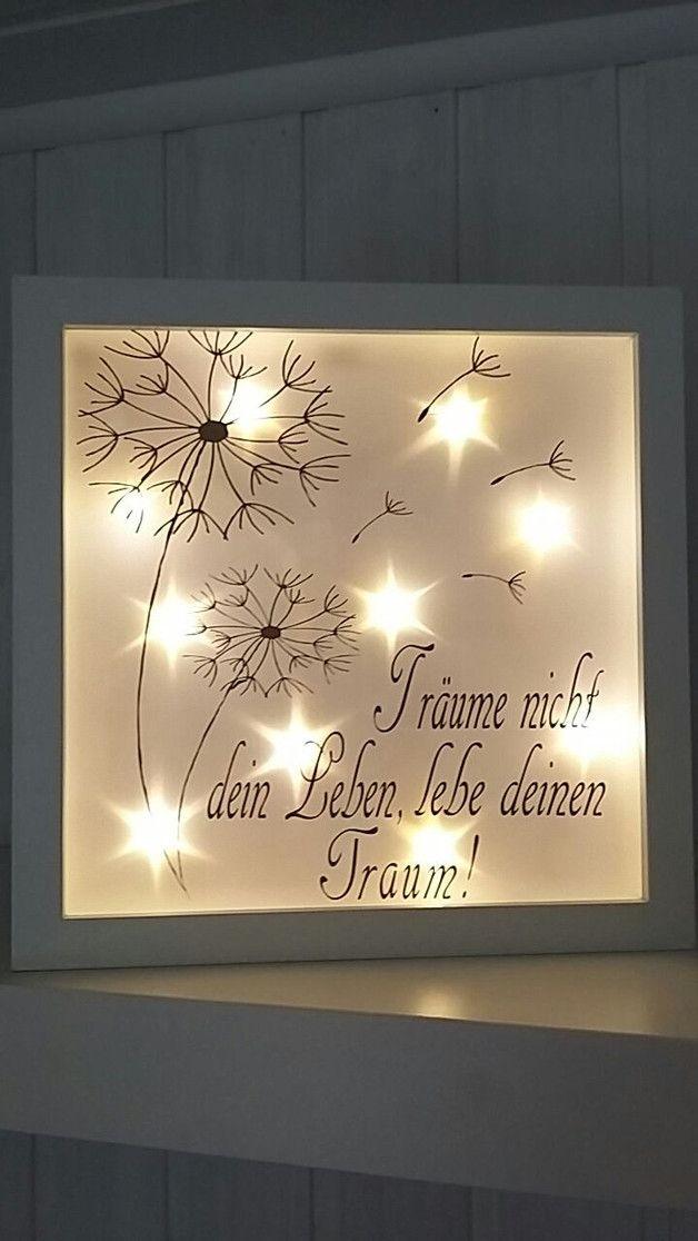 Dieser wunderschöne beleuchtete Bilderrahmen ist ein echter Hingucker. Auch unbeleuchtet ein absoluter Blickfang.  Der weiße Rahmen hat eine Größe von ca.25x25 cm. Den Spruch kann ich in...
