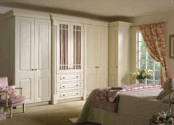 yatak odası için geniş beyaz dolap