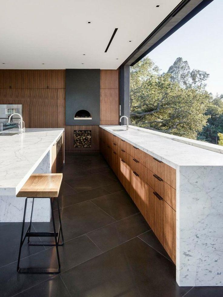 cuisine élégante avec carrelage de sol en béton, plan de travail et comptoir en marbre et armoires en bois