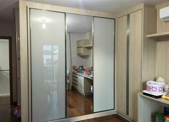 Lindo Roupeiro Com 3 Portas De Correr Mdf Cor Savana Da Guararapes D Com Duas Portas Em Vidro Branco E Uma Porta Com Espelho Cristaliz Puxadores Roupeiro Mdf