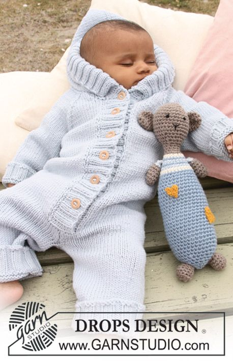 "The set includes: Knitted DROPS jumpsuit with raglan in ""Merino Extra Fine"" and Crochet DROPS teddy bear in ""Merino Extra Fine"" with hearts in ""Fabel"". ~ DROPS Design"