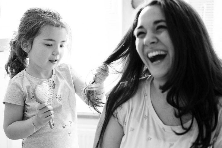 Mama's haren worden geborsteld door haar dochter. Een familieshoot met 2 jonge meiden en een hele toffe papa en mama. Real Family Life. DITL, Day in the Life.
