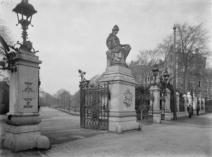 1914 Vondelpark. Hoofdingang aan de Stadhouderskade  Het Vondelpark is een langgerekt stadspark in Amsterdam. Het park ligt in het stadsdeel Amsterdam-Zuid, op de grens met het stadsdeel Amsterdam-West.Ten tijde van de aanleg(1864) van het Vondelpark bestond de woonwijk eromheen nog niet. Het park is aangelegd om de waarde van de omliggende woningen bij voorbaat te verhogen.Het Vondelpark is het bekendste en drukst bezochte park van Amsterdam geworden