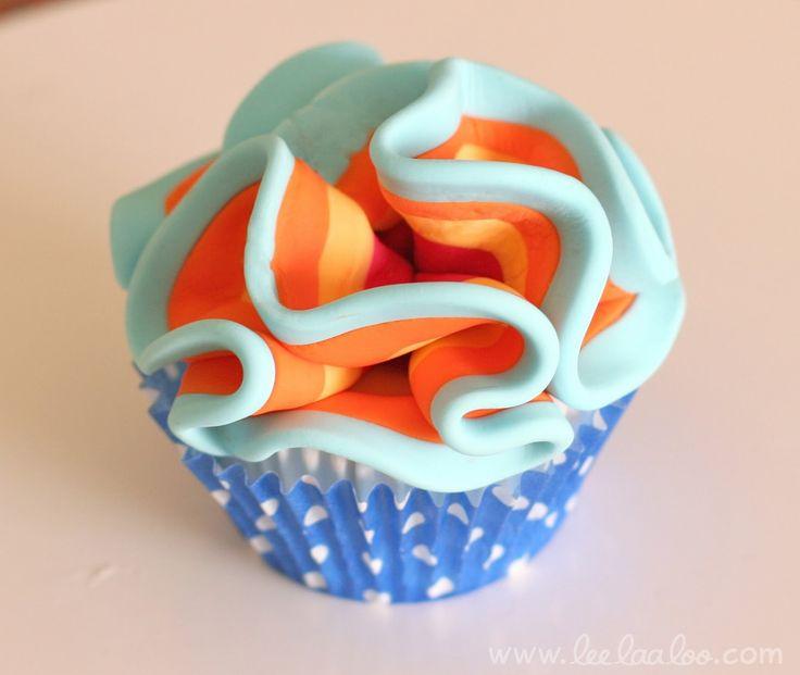 Cupcake arcobaleno con pasta di zucchero