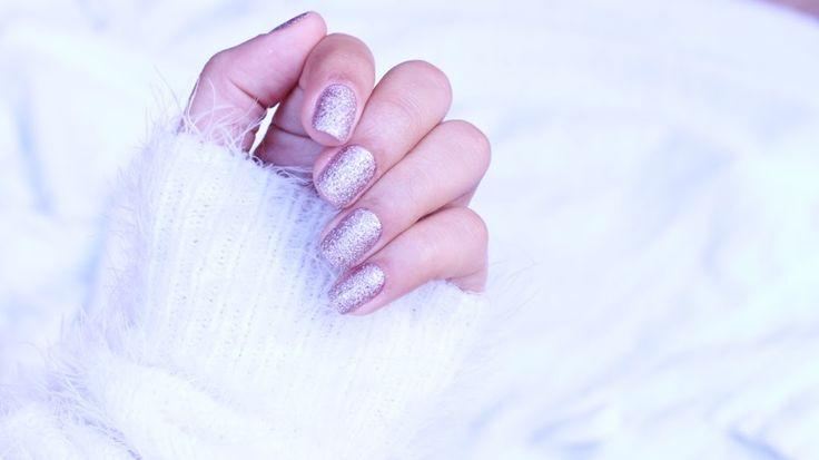 Inspiração de esmalte branquinho para as noivinhas 👰. Esmalte Rosa Crystal da Avon.