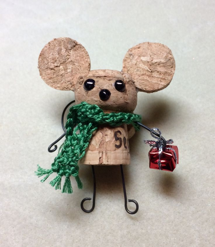 Our version of the cork mouse for our Holiday Bazaar. Used a champagne cork. / Süße Maus gebastelt aus einem Korken