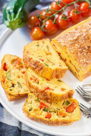 Maar eigenlijk zit er niet alleen maar courgette en paprika in, maar ook tomaatjes. En een sjalotje, een teentje knoflook …