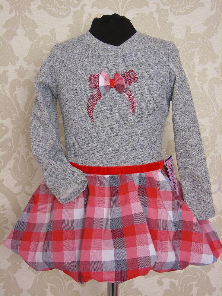 Śliczna sukienka Pink bombka wykonana z szarej dresówki bawełnianej oraz szenilu. Kreacja przepasana w pasie czerwonym paskiem. Sukienka posiada długie rękawy oraz kryty zamek.