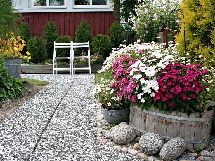Pesubetonilaatta - menneiden vuosikymmenten klassikko. - Retro garden pavers of concrete.