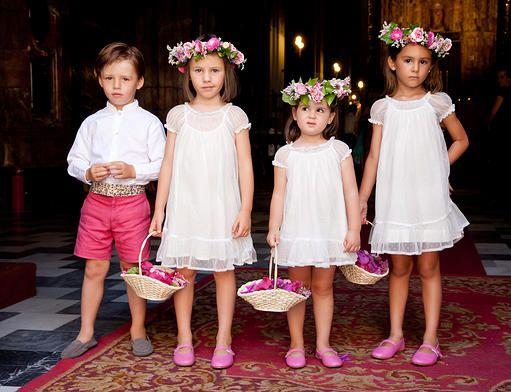 Niñas: vestidos blancos, bailarinas rosas y tres preciosas coronas. Sencillo y elegante! Genial!